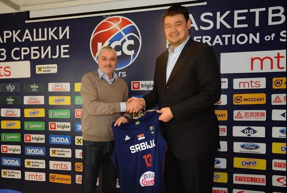 姚明应邀访问塞尔维亚篮协,获赠百岁山球衣